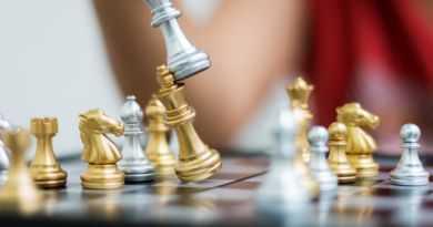 hand woman playing chess شطرنج 18 به دلیلی بسیار مهم حتما شطرنج بازی کنید