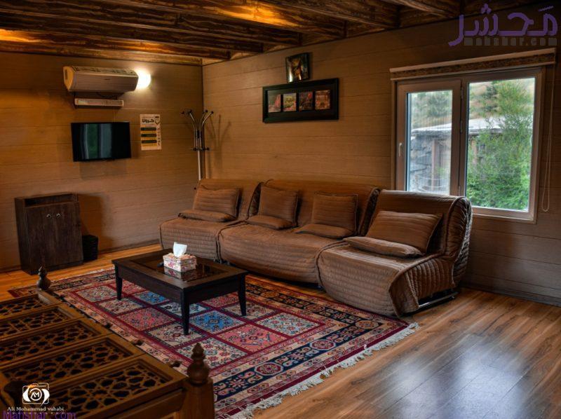 نمای نشیمن محل اقامت و اجاره کلبه چوبی مدرن و مجهز